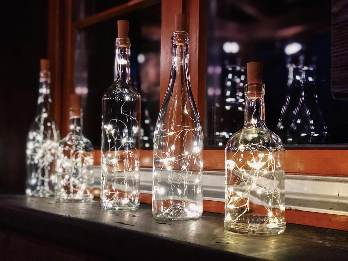 Butelki z lampkami w środku
