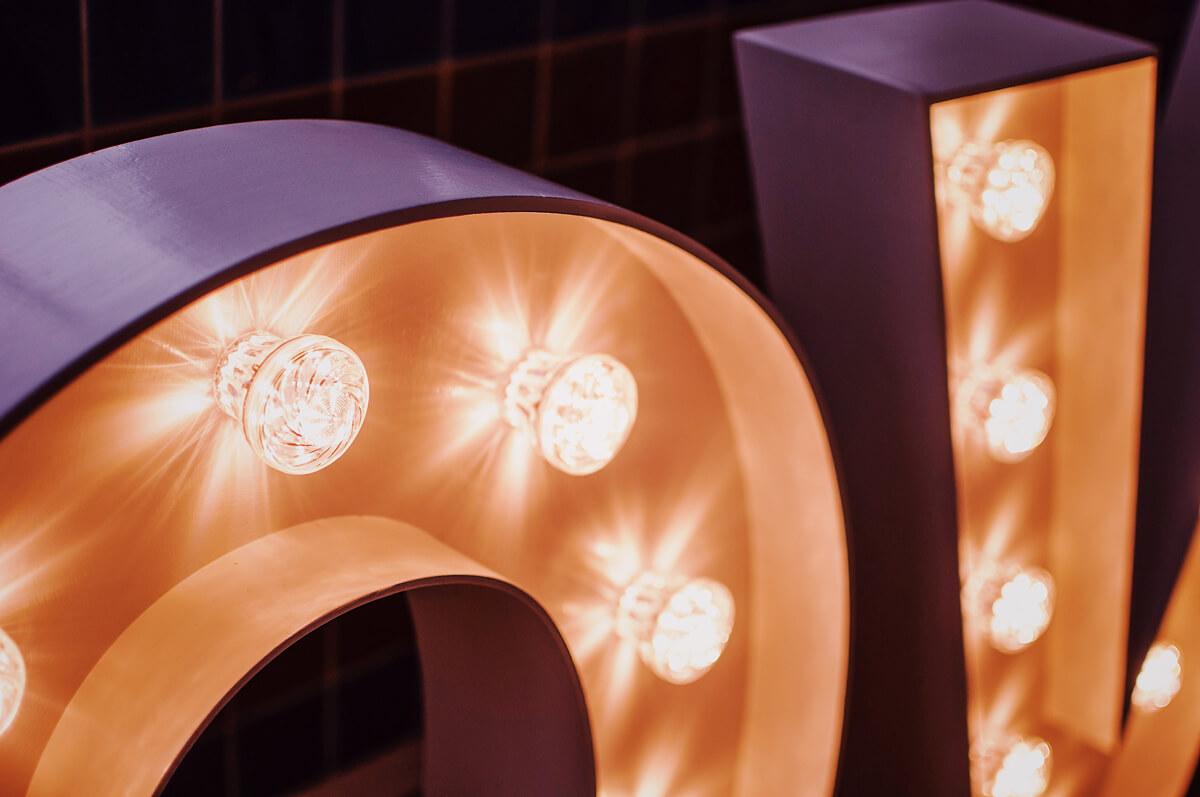 Ozdobne żarówki LED w literach świetlnych.