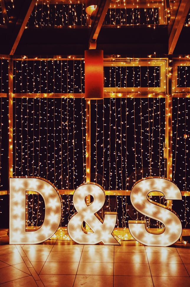 Podświetlane inicjały na wesele