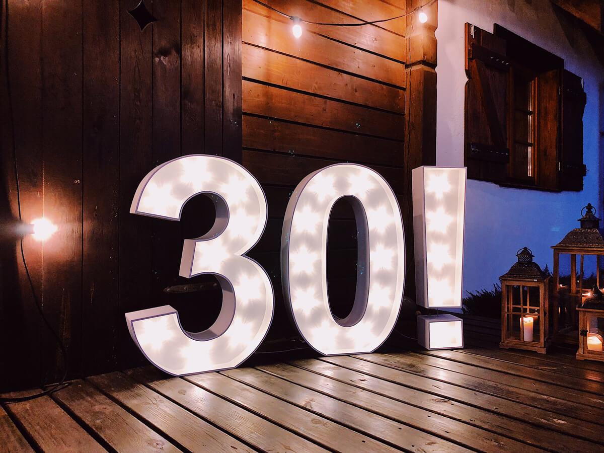 Świecące liczby i znaki na urodziny