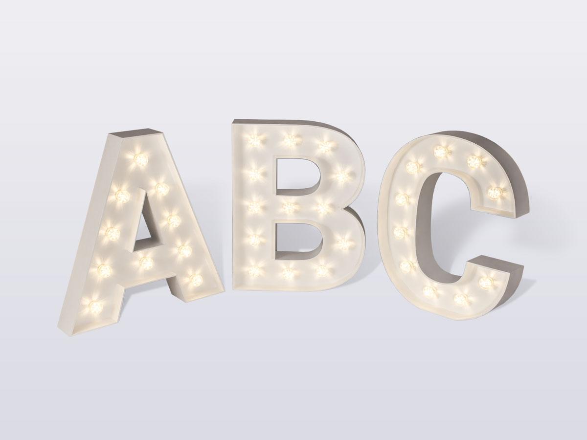 Cały alfabet liter świetlnych.