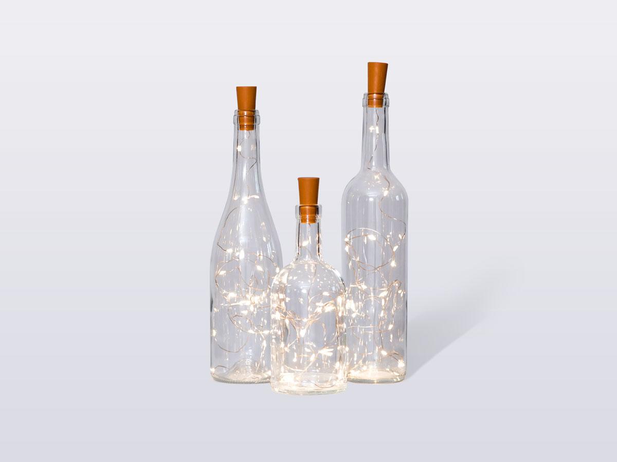 Butelki z lampkami w środku.